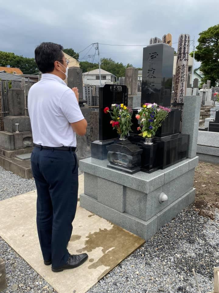 父、伊波洋之助の墓前にて